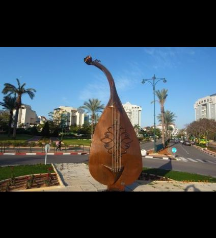 The Mandolin sculptur in Yavne